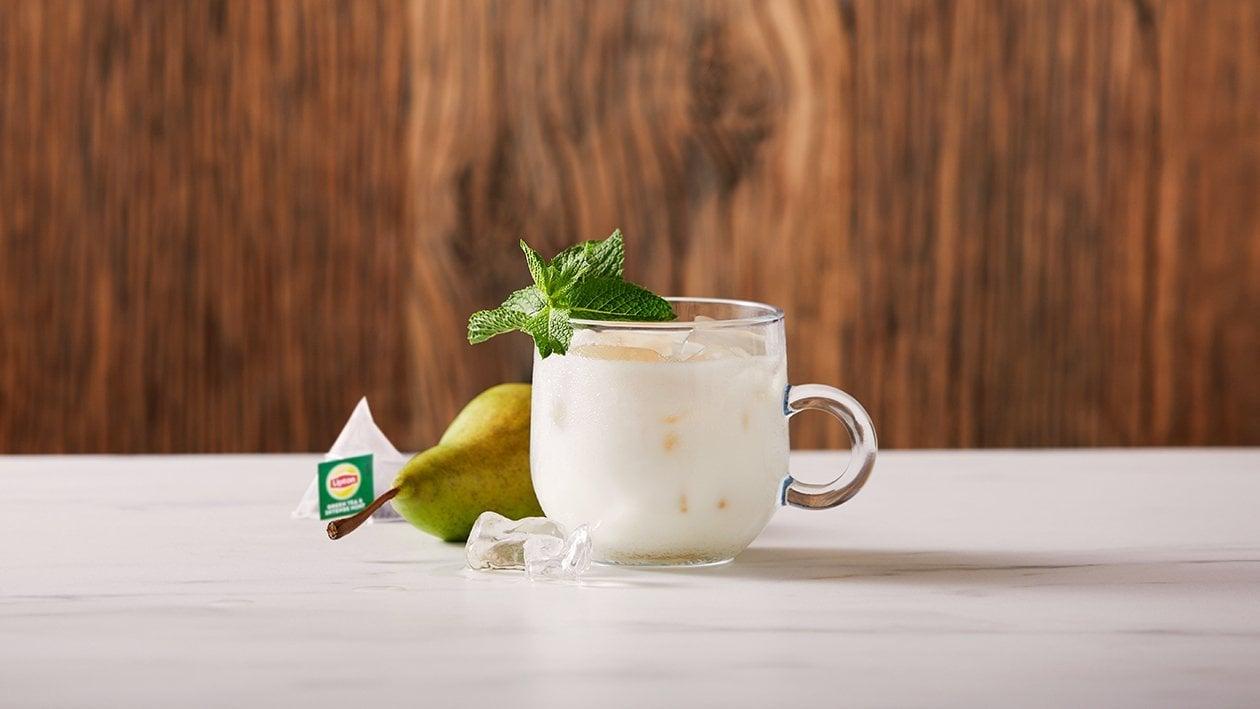 Iced munt en groene thee latte met perensiroop