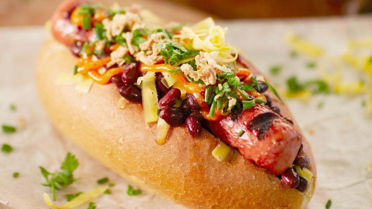 """""""Bobbie"""" Hotdog met zwarte boontjes, cheddar en krokante uitjes"""
