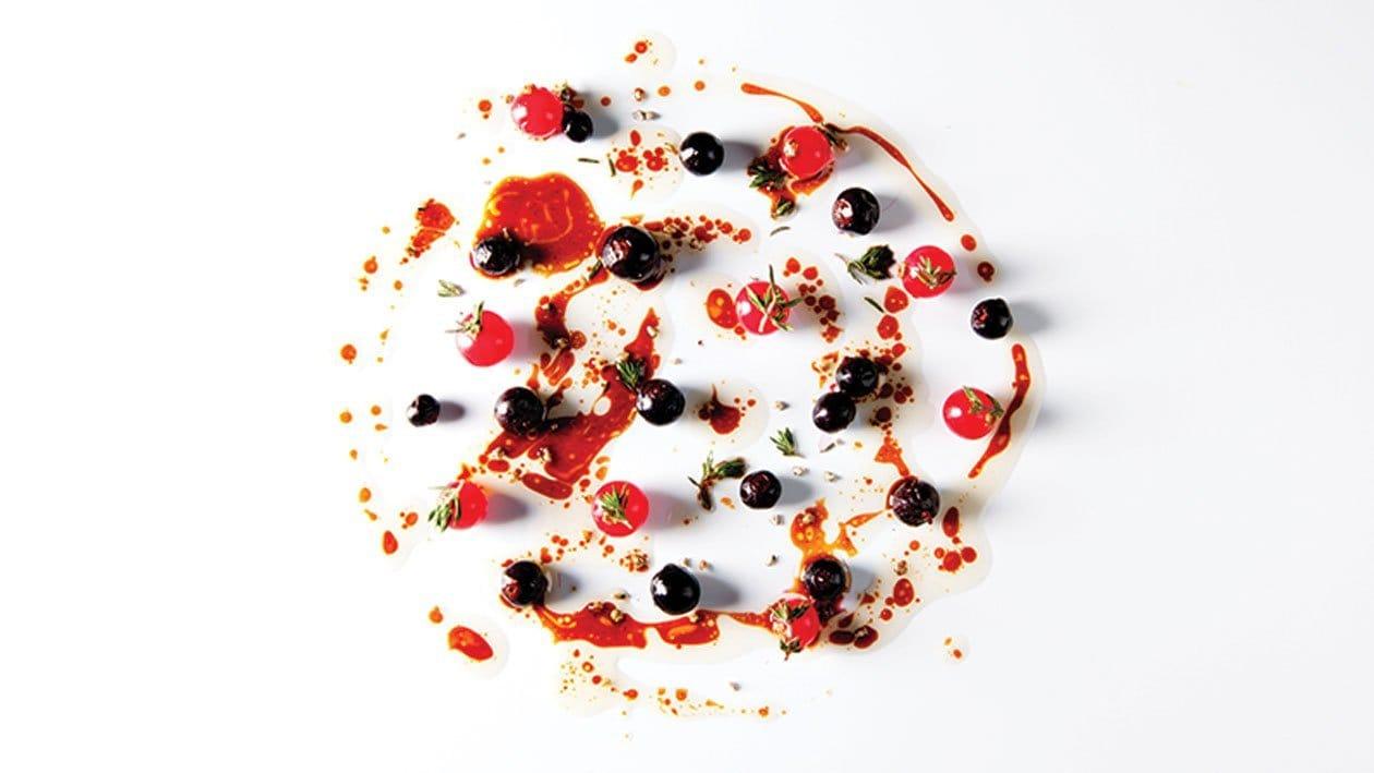 Rundjus met rode en zwarte bessen en hibiscus