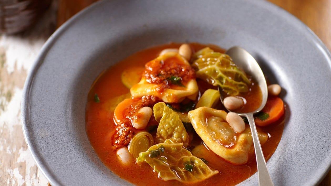 Minestronesoep uit Italië met tortellini en rode pesto - Unox
