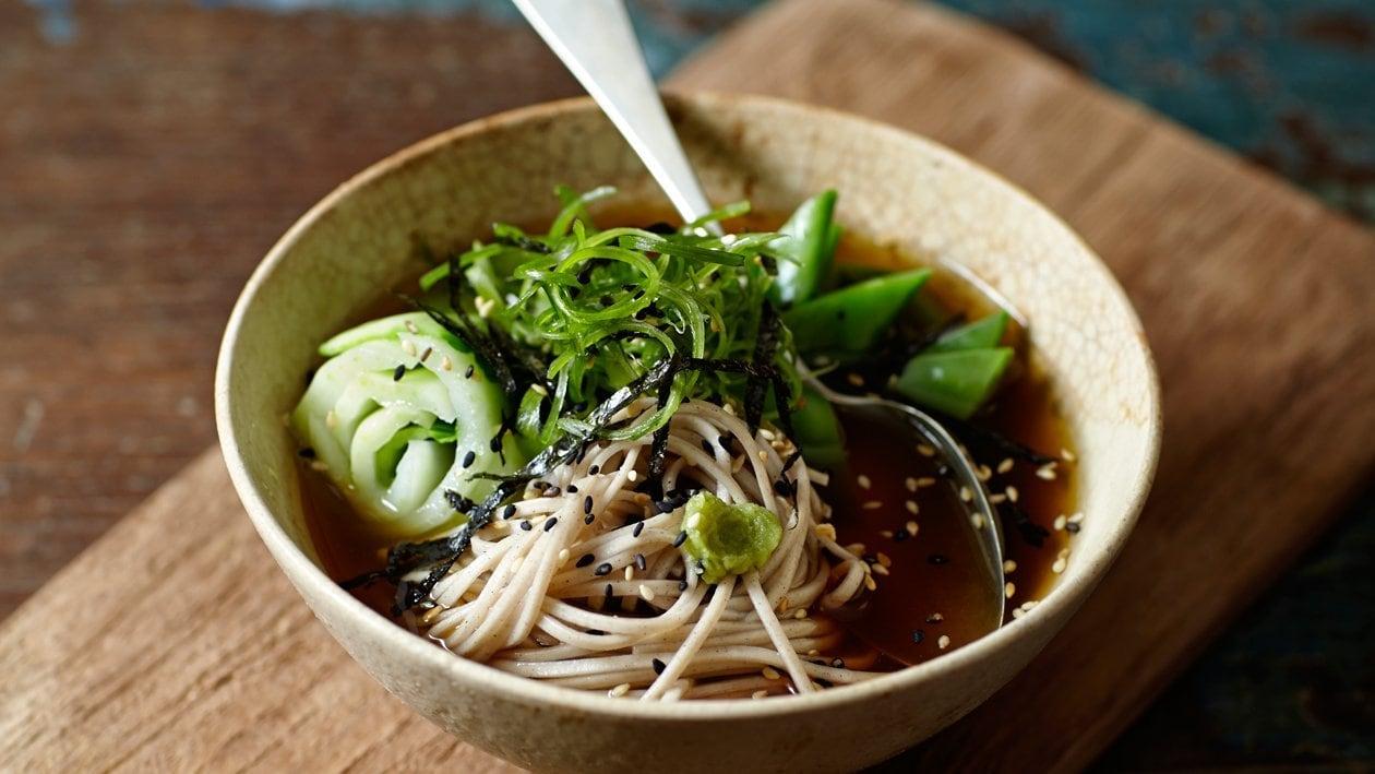 Soba noedel soep met paksoi en lente-uitjes